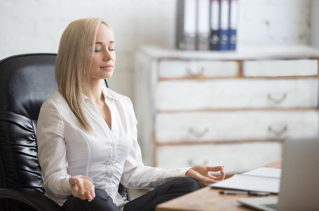 Entspannte Pause im Büro