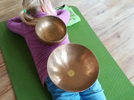 2 Klangschalen stehen auf der Körperrückseite: Rücken und Gesäß