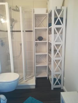 Bad Dusche und Ablageregale