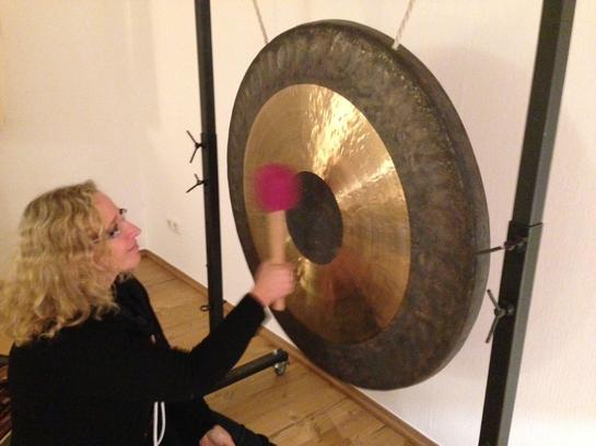 Manuela Bosse vorm TAM TAM Gong