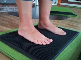 Füße spüren auf dem Fußabtreter